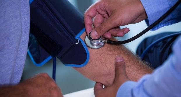 milyen elemzéssel derül ki a magas vérnyomás